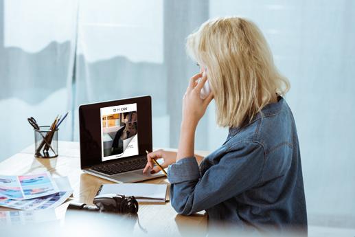 Pubblicare una rivista online sul laptop con un effetto di capovolgimento di pagina