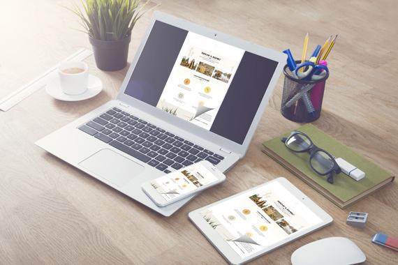 Riviste online gratis sul laptop con un effetto di capovolgimento di pagina